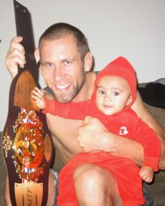 Kru Dave with daughter post fight
